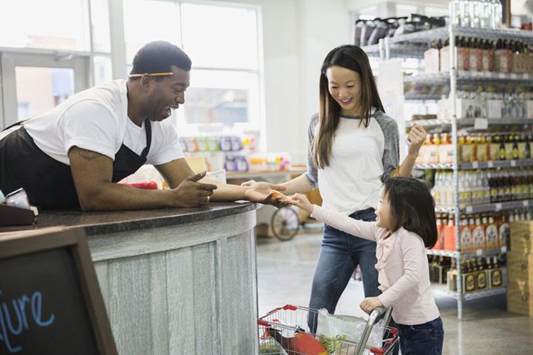 Nỗ lực làm việc chăm chỉ và chu đáo của nhân viên bạn sẽ tạo nên lòng trung thành trong khách hàng. Ảnh: thebalancesmb.com.