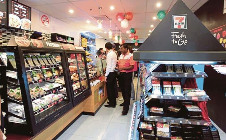 Các mặt hàng bên trong cũng rất đa dạng, từ đồ ăn cho đến đồ tiêu dùng, tất cả đều sẵn sàng đáp ứng mọi nhu cầu của khách hàng 24/7.