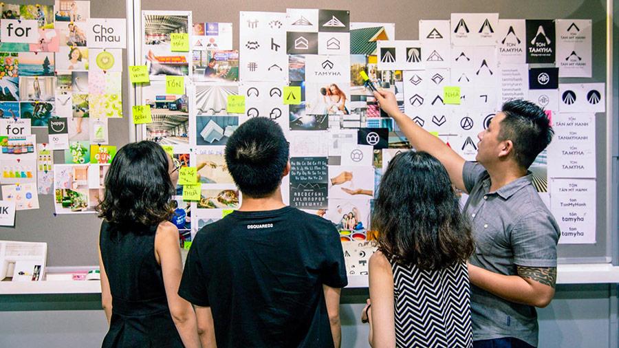 Đội ngũ Vũ Digital đang thảo luận và lên ý tưởng cho bộ nhận diện thương hiệu.