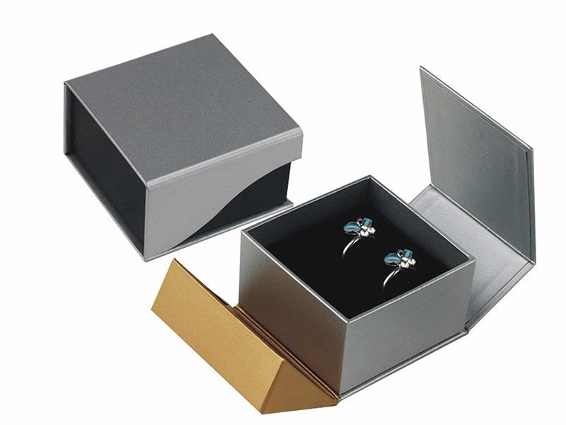 Một mẫu hộp nắp nam châm bồi carton đựng trang sức cao cấp