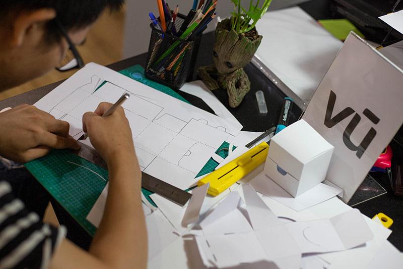 Nhà thiết kế của Vũ Digital Agency đang phác thảo khuôn bế