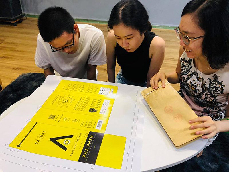 Các nhà thiết kế của Vũ Digital Agency đang nghiên cứu lựa chọn nội dung cho bao bì