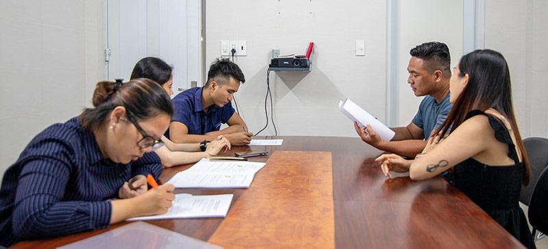 Team Vũ Digital đang trao đổi để hiểu và nắm bắt văn hoá thương hiệu