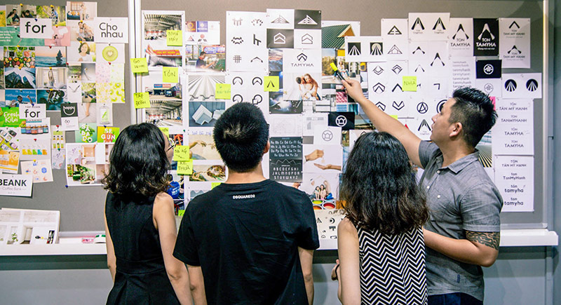 Team Vũ Digital đang thực hiện thiết kế nhận diện thương hiệu.