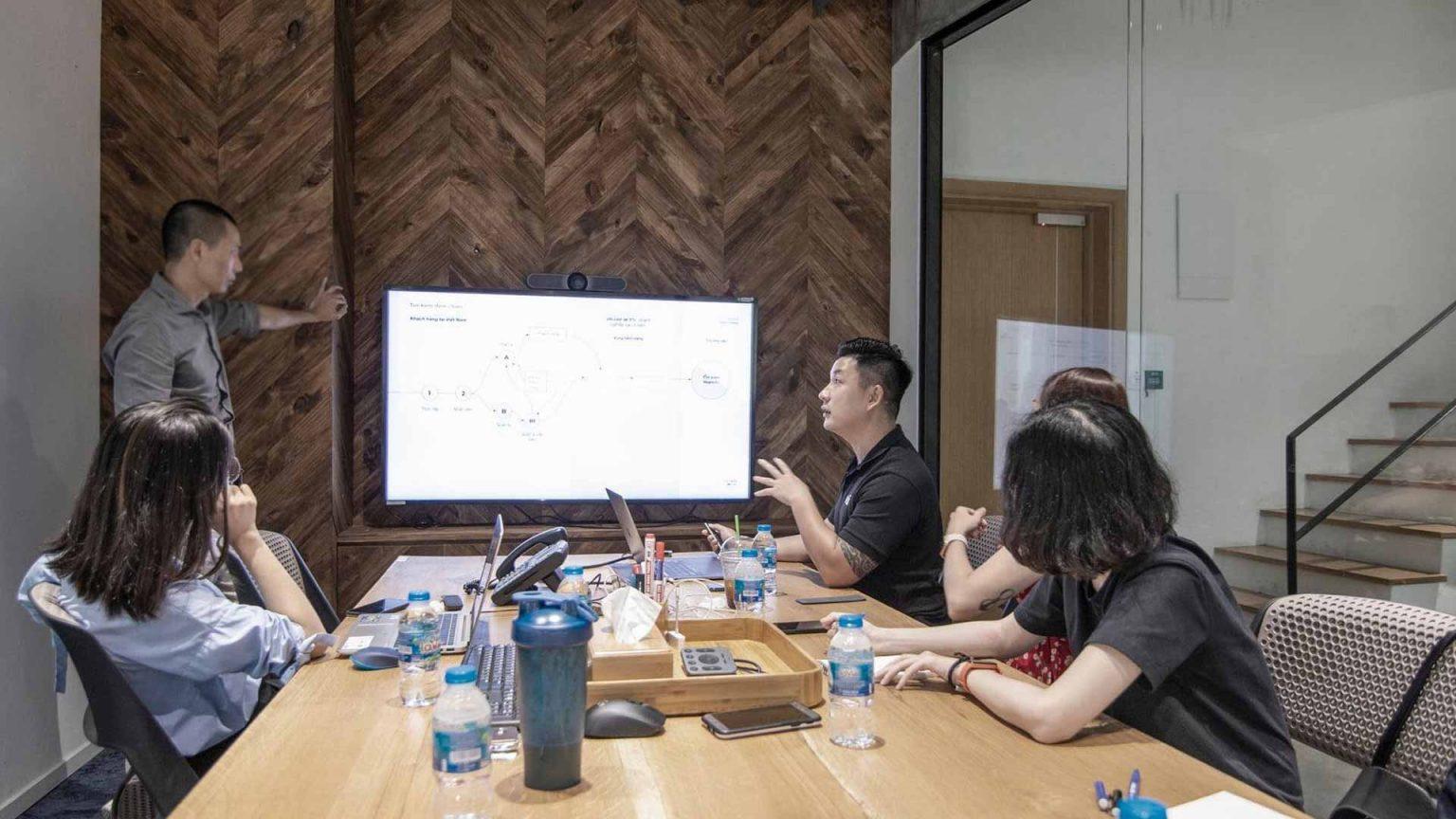 Đội ngũ Vũ Digital và khách hàng đang cùng phân tích và tìm hiểu chân dung khách hàng.