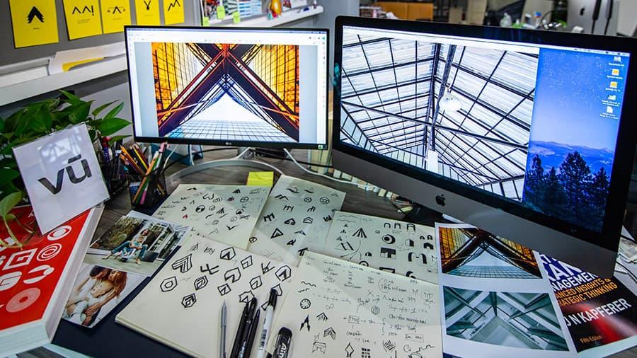 Không gian phác thảo và sáng tạo logo trên giấy của hoạ sĩ tại Vũ Digital