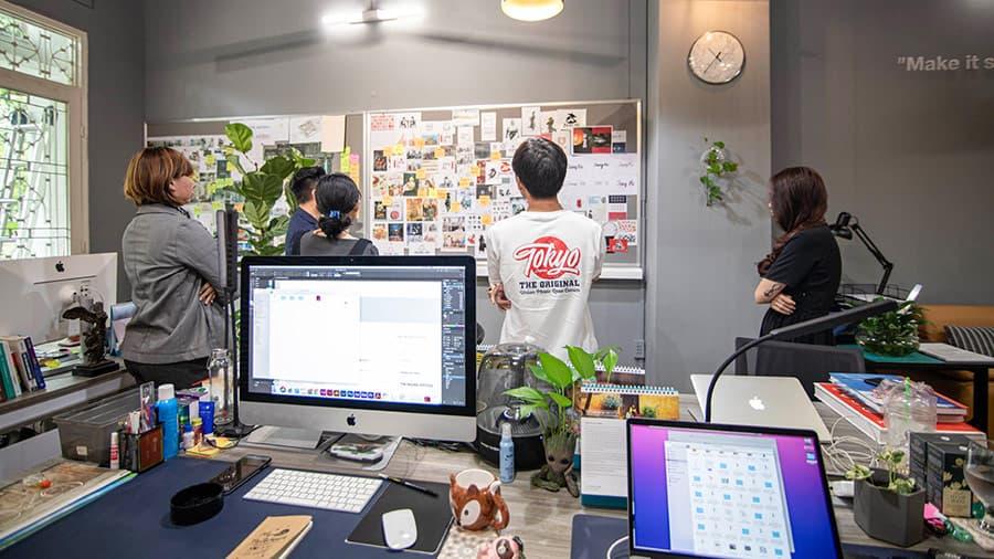 Các nhà thiết kế tại Vũ Digital đang thực hiện phác thảo trên máy và tranh luận lựa chọn những mẫu logo phù hợp nhất cho dự án.