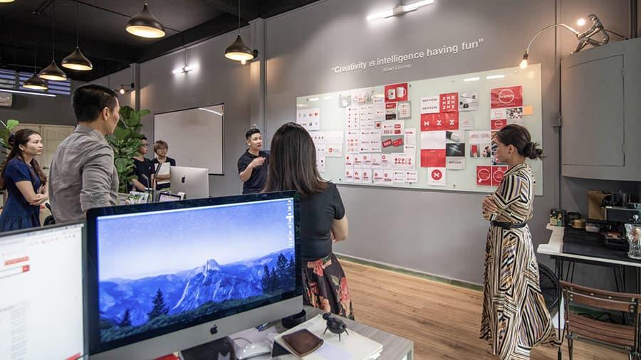 Đội ngũ Vũ Digital đang thực hiện việc trình bày và nhận phản hồi trực tiếp từ khách hàng.