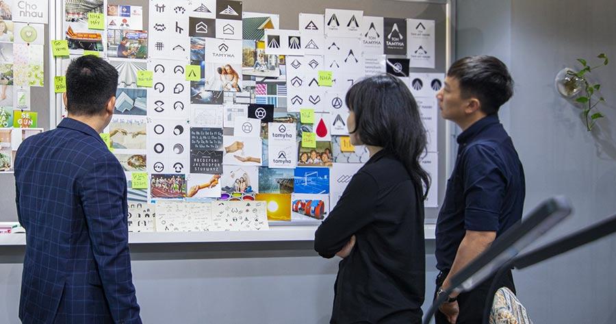 Design agency - Mr Quyền Vũ trong quá trình tư vấn tái định vị thương hiệu tôn, thép Tân Mỹ Hạnh, hệ thống nhà máy tôn, thép số 1 tại Đồng Nai - Việt Nam.